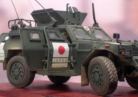 Die eingelassenen Panzerscheiben machen das Fahrzeug gegen leichte Waffen beschusssicher.