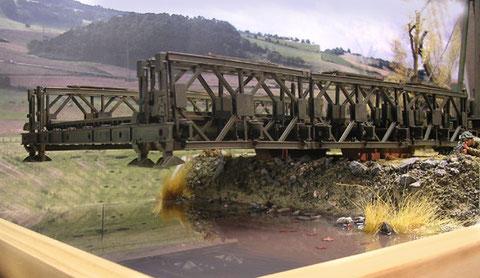 Wasser aus Faller Flüssigacryl, die Brücke wurde unterseitig auf einer Seite mit Bleigewichten belastet, so bleibt sie in der Schwebe über den Uferrand
