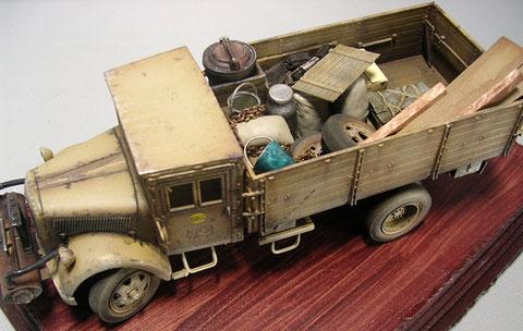 """Die Ladefläche wurde mit Gepäckstücken, einer Kiste mit """"Holztreibstoff"""" etc. gefüllt."""