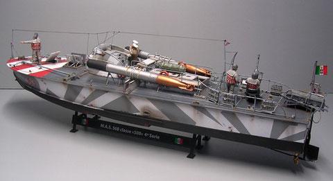 Der beigefügte Bausatzständer ist sicher nur eine Notlösung, für jemanden, der das Boot nur als Standmodell zeigen möchte. Als Arbeitsbühne reicht er allemal.