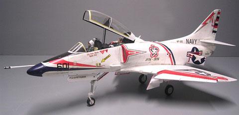 Kennzeichnen die verlängterte Haube, die über die beiden Pilotensitze hinweg reicht.