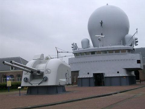 Vom letzten großen niederländischen Zerstörer wurden der vordere 2x120mm Geschützturm, sowie der Brückenaufbau mit dem gewaltigen Radardome vor dem Verschrotten gerettet.