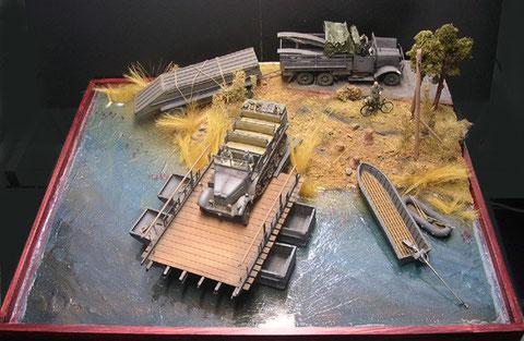 Probeaufbau im Diorama (Größe circa 50x60cm), zwei Pontosätze, Brückenaufsatz scratch gebaut