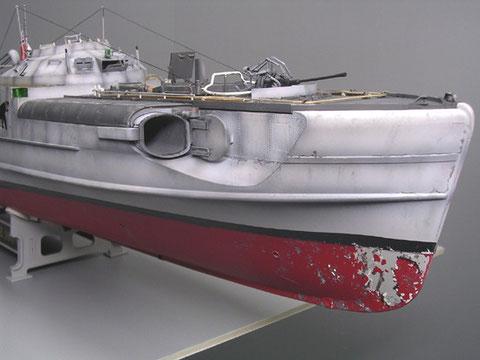 Die vormals weissgrauen Boote bekommen Tiefe durch Grauabstufungen, Alterung des von Muschelkalk befallenen Bug.