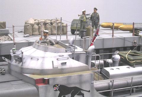 Erster Figurentest - die Torpedos warten auf dem Kai (Accurate Armour) auf die Übernahme an Bord