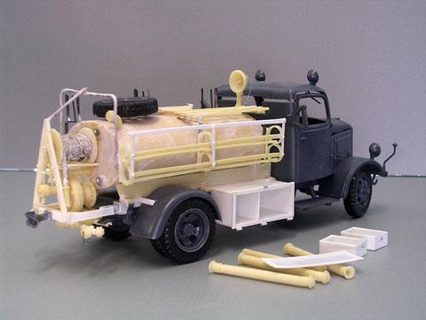 Die geschlossenen Resin-Boxen wurden Scratch nachgebaut und mit kleinen Schubladen versehen, hier kommt später das Werkzeug der Feuerwehr hinein.