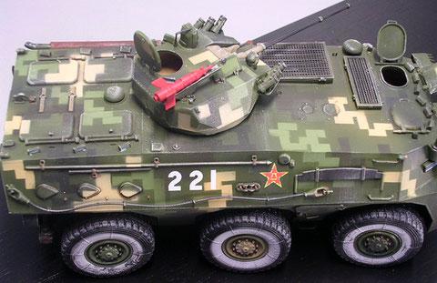 Die markante Panzerabwehrwaffe auf dem Turm ist sicher nur zu Paradezwecken so rot markiert.