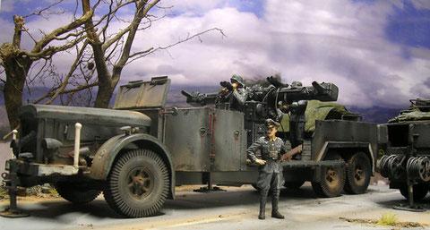 Die wuchtige Motorfront des VOMAG. Das Kommandogerät ist für die Übung auf 12 Uhr gestellt.