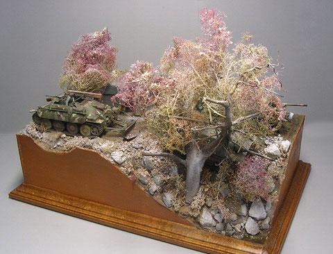Eine Ecke des Dioramas nutzt die volle Höhe für einen steilen Abbruch, in dem der mächtige Baum sein Dasein fristet.