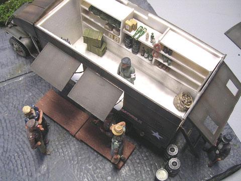 Das Dach ist abnehmbar und zeigt etwas von der ersten, kargen Ausstattung des rollenden Kiosks