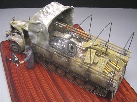 Das fertige Modell schreit nach einer sinnvollen Beladung, heri die Ersatzreifen und Munition