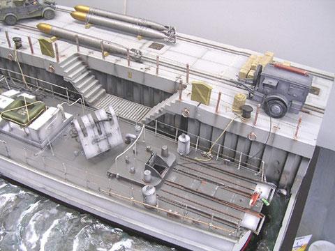 """Das Boot liegt sauber im """"Acrylwasser""""- auf das Faller Modellbauwasser wurden die Wellenkämme mit Acryl-Gel modelliert"""