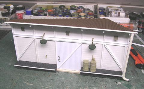 Scratchgebautes Dockgebäude aus Evergreen-Material und Wellpappe