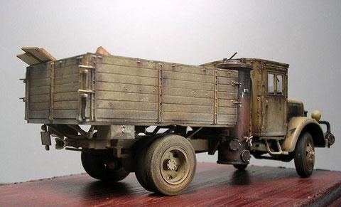 Das Fahrzeug ist durch die Kriegswirren schon stark mitgenommen.