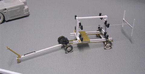 Der Sidewinder-Waffenwagen - hier können bis zu 4 Raketen transportiert werden und im Mannschaftszug bis zu den Maschinen gebracht werden. Die Reifen erhalten nach der Lackierung noch eine Gummibereifung