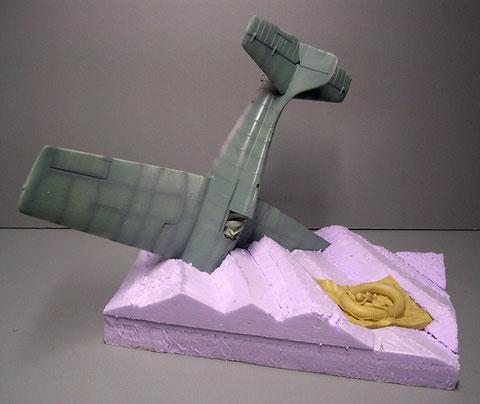 Der verblüffenden Effekt kommt durch das gekürzte Flugzeugmodell (Motor und linke Flügelspitze entfernt) und die schon erkennbare Wellenstruktur.