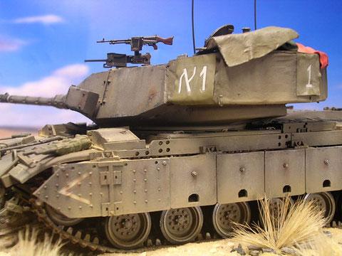 Die massive Zusatzpanzerung an Turm und Seitenwanne verändert den ehemaligen M60 optisch immens.