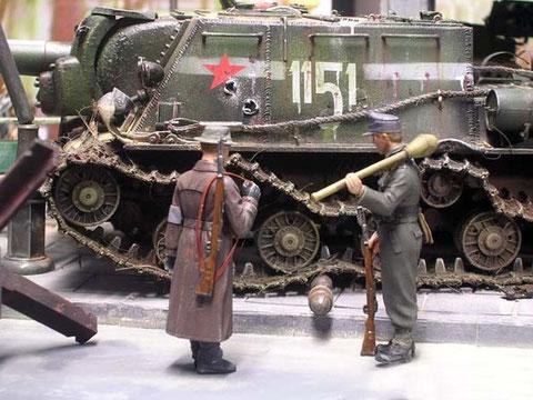 Die zwei Männer des Volksturms bestaunen die durchschlagende Wirkung ihrer Panzerfaust.