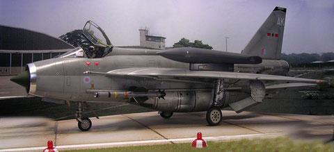 Es gibt wohl kaum einen anderen Kampfjet, der Zusatztanks auf die Tragflächenoberfläche bekam.