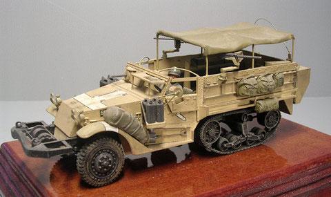 """Version als """"Troop Carrier"""" mit zusätzlichen leichten MG Lafetten, geändertem Beifahrer-MG-Platz und Sonnenschutz."""