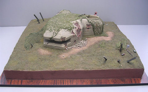 Von vorne die MG-Schießscharte mit freiem Schussfeld.