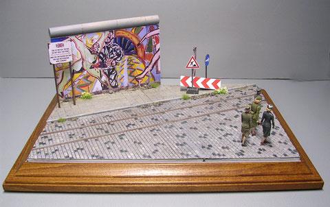 Ein kleiner Straßenausschnitt an der Berliner Mauer: die Basis von MiniArt, der Rest Scratchbau.