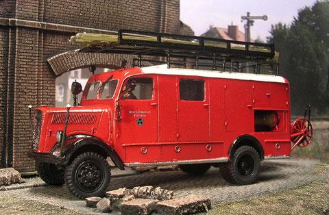 Noch strahlt er in Feuerwehrrot - ab 1938 wurden im Zuge der Reorganisation der freiwilligen Feuerwehren zur Polizeiorganisation die Fahrzeuge in einem dunklem Grün ausgeliefert.