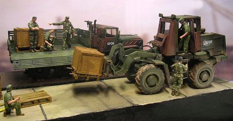Im Diorama kommt die Palettengabel zur Verwendung- drei selbstgebaute Kisten dienen als Ladegut.