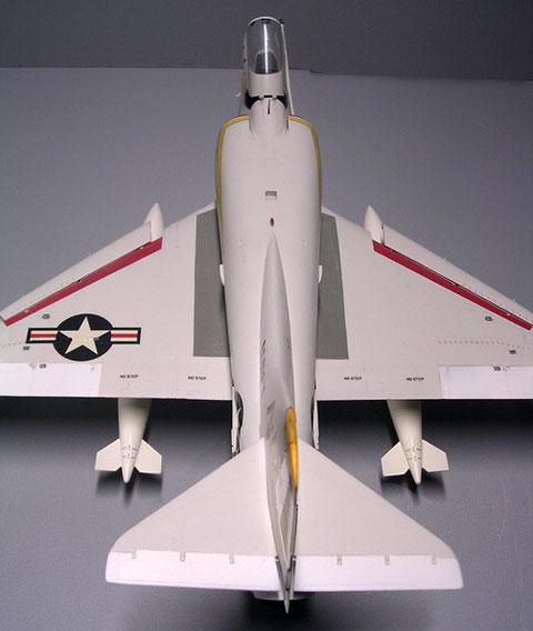 Großfläche Nationalkennzeichen sind typisch für das Trägerdesign der Frühzeit der A-4