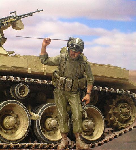 Israelischer Begleitinfanterist mit Tragfunkgerät.