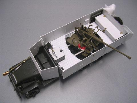 Die Flak ist direkt auf den Fahrzeugrahmen montiert. In dieser Version wurde der GMC von den französischen Streitkräften im Algerienkrieg genutzt