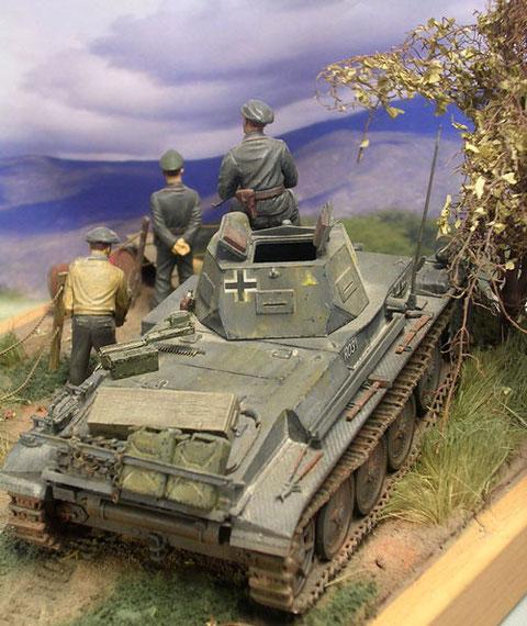 Truppenumbau mit Halterahmen für Reservekanister.