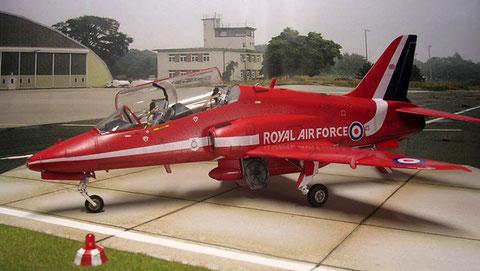 """Das auffällige Outfit der """"Red Arrows"""" in den Royal-Airforce-Farben. das Royalblue am Leitwerk ist gespritzt und nicht auf dem Decalbogen enthalten."""