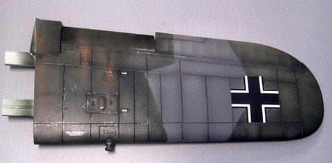 Ein fertiger Flügel zeigt an der Oberseite die schattierten Farbfelder, nach dem Klarlack kann man dunkle Farbbrühe in die Gravuren laufen lassen, was zusätzlich Tiefe ergibt.