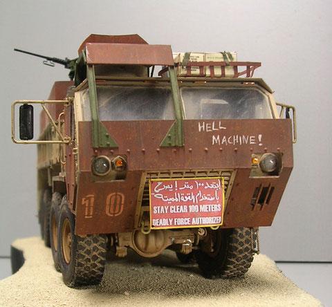 Interessant der scratch gebaut MG-Stand über dem Beifahrerplatz und die authentischen Warnschilder in englischer und arabischer Sprache.