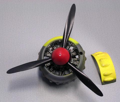 Spinner und Propeller werden in seidenmatt lackiert, der Spinner vorher in weiss grundiert, damit das Rot auch farbecht bleibt.