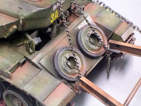 Die Minensuchrahmen setzen direkt vorne und hinten an den Abschleppösen auf.