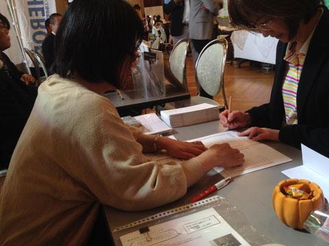 ※ 写真は、2013年10月17日 第6回がんばろう関西マッチングフェアの会場内の様子です。