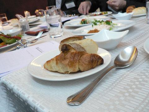 レストランのかたが、この味を求めていろいろ探しまわったというクロワッサン。料理の質がこの会の魅力です。