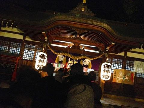 堺市北区の金岡神社では1月1日0時の合図とともに参拝が始まります。