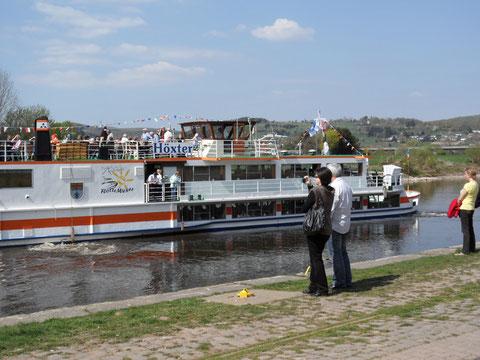 gegen Mittag verließen die Schiffe Holzminden, Höxter und Karlshafen ihren Anlegeplatz Holzminden