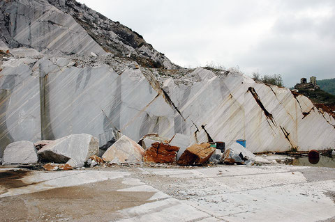 Transition of the Pletvar calcitic marble in the hangingwall to the white Sivec dolomite in a modern quarry face.