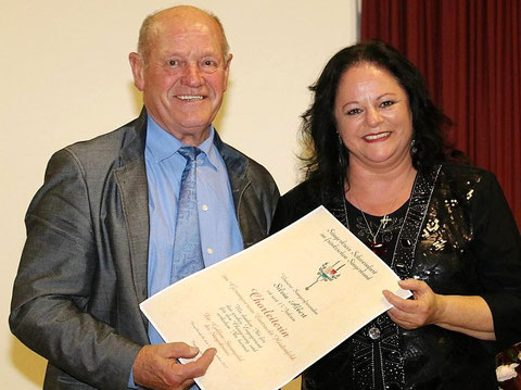 SK-Vors. Paul Kolb ehrt Chorleiterin Silvia Albert mit der Goldenen Stimmgabel  - 04-11-2017