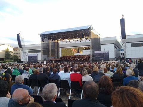 Panoramica della platea e del palco al concerto per la città dell'Aquila diretto da Riccardo Muti - Coppito (AQ) - 060909