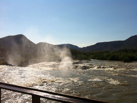 Wir sehen die Gischt der Wasserfälle von unserem Campingplatz aus