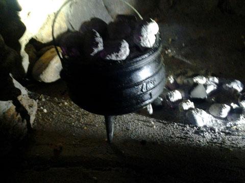 Kohle auf den Deckel für Oberhitze