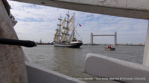 La gabarre Les Deux Frères rencontre le trois-mâts Le Belem, pour le seconder dans l'inauguration du pont Jacques Chaban-Delmas.