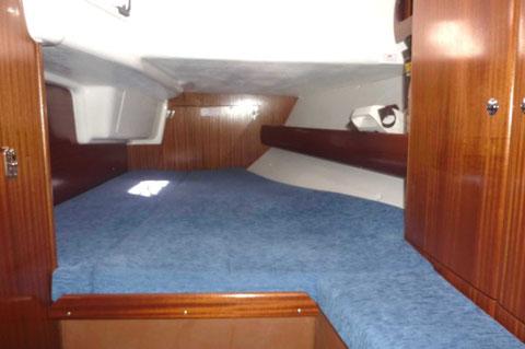2 cabines arrières symétriques avec penderie, lingère, équipets, coffre sous siège.