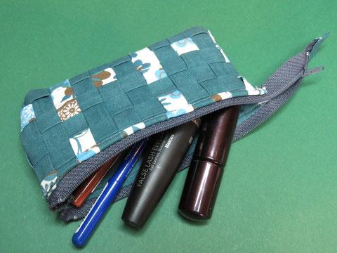 """Mini-Kulturtasche """"Strichpunkt klein"""", 14,5 x 7,5cm, Vorder- und Rückseite mit japanischer Flechttechnik, Innenstoff petrol"""