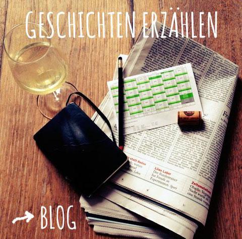 Weinglas, Zeitung, Notizbuch